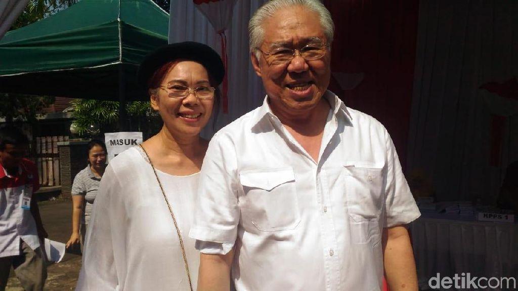 Nyetir Sendiri ke TPS Kebayoran Baru, Enggar Nyoblos Bareng Istri