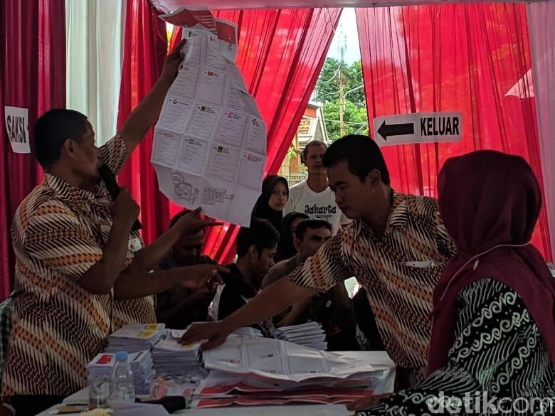 Jokowi-Maruf Unggul di TPS Tempat Bupati Lamongan Nyoblos