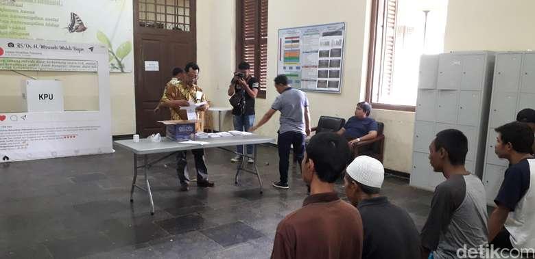 Nyoblos diawali pengarahan dari Komisi Pemilihan Umum (KPU) dan Kelompok Panitia Pemungutan Suara (KPPS) buat ODGJ. Tempat Pemungutan Suara (TPS) untuk ODGJ berada di Instalasi Rehabilitasi Psikososial RSMM. (Rosmha Widiyani/detikHealth)