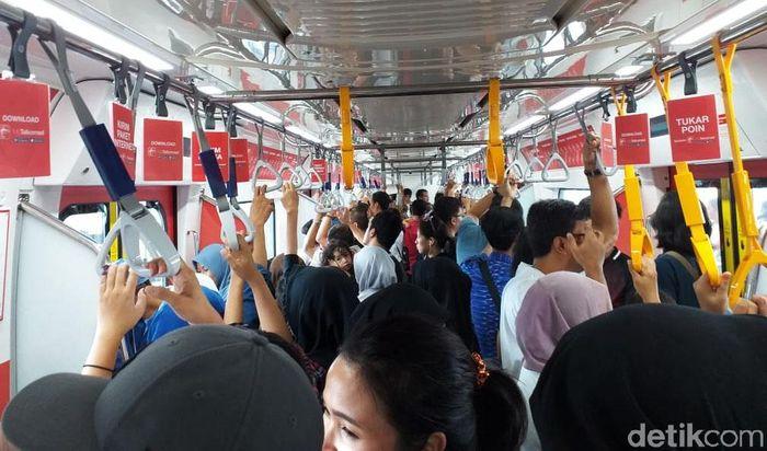 Begini suasana di dalam MRT.