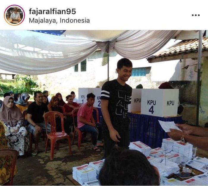 Fajar Alfian nyoblos di kampung halaman. (Instagram pribadi)