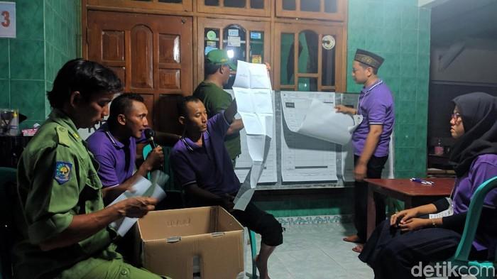 Proses penghitungan suara Pemilu 2019 di Lamongan. (Foto: Eko Sudjarwo)