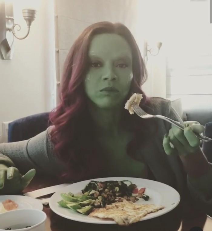 Di luar dugaan, tokoh Gamora yang merupakan anak angkat Thanos ternyata amat disayangi oleh sosok antagonis dalam film Avengers itu. Hal tersebut terlihat dalam film Avengers:Infinity War. Foto: Instagram zoesaldana