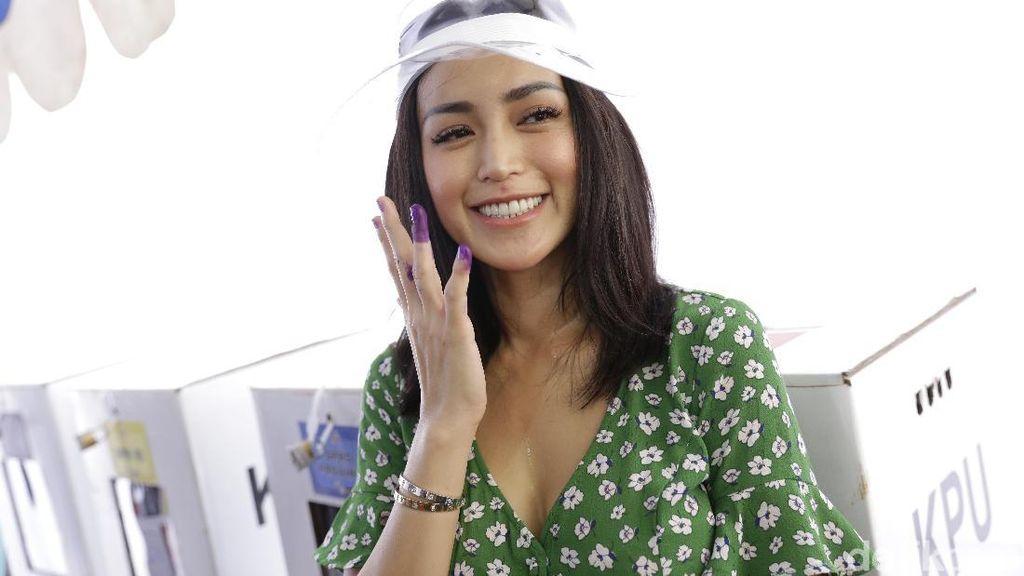 Jessica Iskandar Pakai Topi Plastik saat Nyoblos, Harganya Setara Motor
