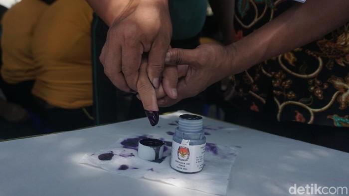 Pengidap gangguan jiwa binaan Panti Sosial Bina Laras Harapan Sentosa 2 mencelupkan jarinya usai memilih (Foto: Khadijah Nur Azizah/detikHealth)