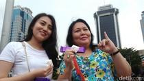 Bersyukur Pilpres Damai, Pendukung Jokowi Bagi-bagi Cokelat di Patung Kuda
