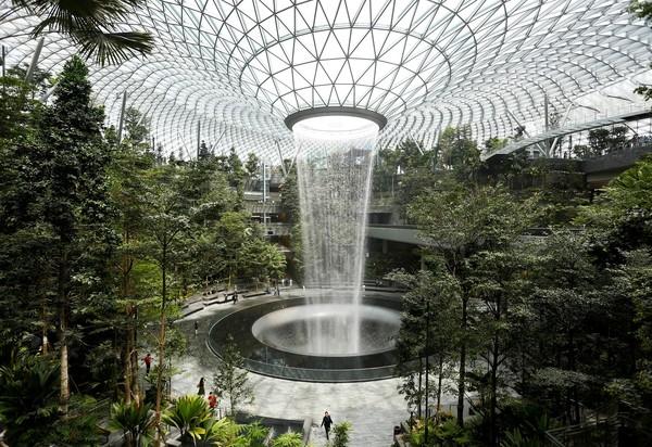 Berada di posisi pertama, Bandara Changi di Singapura mendapatkan poin 100. Bandara dengan air terjun indoor terbesar di dunia ini menawarkan banyak keseruan untuk penumpang yang transit cukup lama, mulai beragam retail, restoran, dan atraksi (REUTERS/Feline Lim)