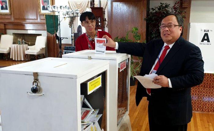 Ia tampak antusias menggunakan hak pilihnya di KBRI Washington DC, Amerika Serikat. Foto: dok. Bappenas