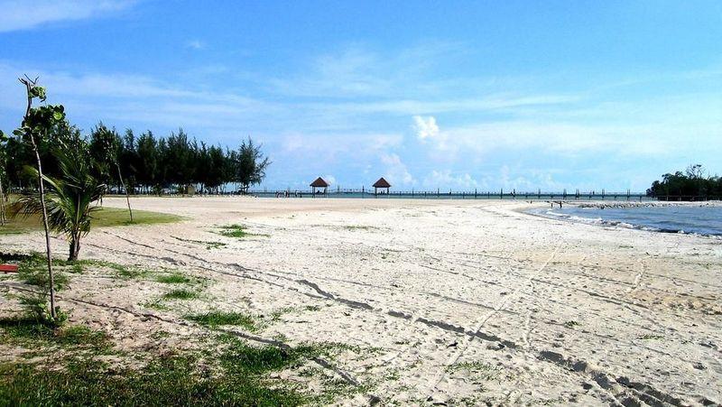 Pantai Port Dickson ada di Negeri Sembilan, Malaysia. Pantai ini dikenal indah dan memiliki pasir putih (negerisembilan.attractionsinmalaysia.com)