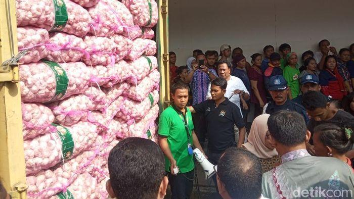 Foto: Operasi Pasar Bawang Putih di Pasar Kramat Jati (Herdi Alif Al Hikam/detikFinance)