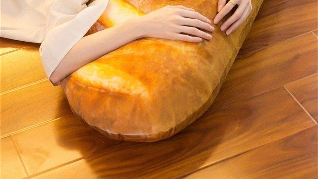 Bantal Besar Bentuk Roti Prancis Ini Bisa Bikin Kamu Auto Lapar!