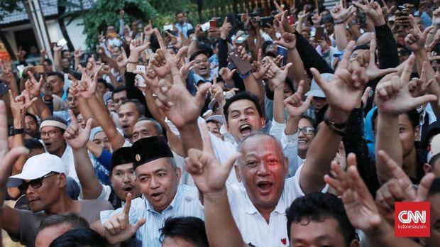 Para pendukung paslon nomor 02 merayakan klaim kemenangan di depan kediaman Prabowo, di Jl. Kartanegara, Jakarta, Kamis (18/4).