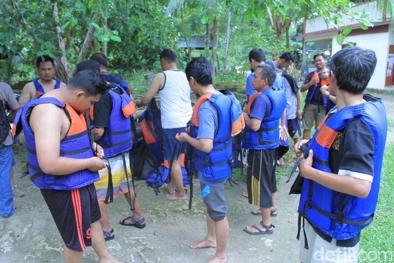 Bingung mencari tempat main air bareng teman-teman libur panjang minggu ini? Body rafting ke Sungai Citumang saja! Tapi pakai jaket pelampung dulu ya. (Wisma Putra/detikcom)