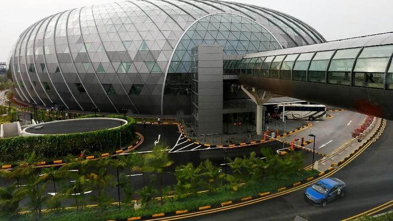 Bandara Udara Changi Singapura baru saja memperkenalkan Terminal dengan kubah kaca yang ikonik nan mewah dilengkapi fasilitas kelas dunia. Intip yuk!