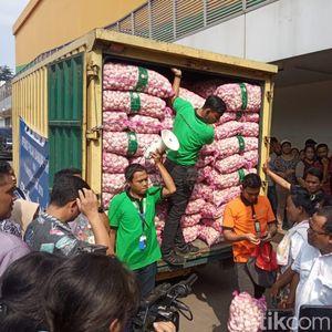 8 Ton Bawang Putih Digelontorkan untuk Operasi Pasar di Kramat Jati