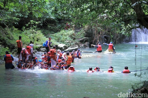 Main air di aliran Sungai Citumang pasti akan mengingatkan pada masa kecil dulu. Apalagi mainnya bareng teman-teman, pasti seru! (Wisma Putra/detikcom)