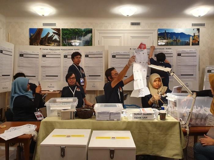 Penghitungan suara Pilpres 2019 di KBRI Stockholm. Hasilnya, Jokowi-Maruf unggul telak atas Prabowo-Sandi. (Foto: Dok. KBRI Stockholm)