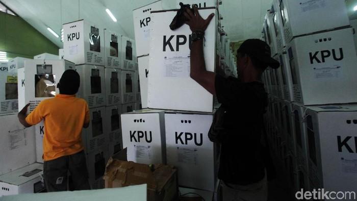 Kotak-kota suara mulai dikirimkan ke PPK Kecamatan Jagakarsa. Rekapitulasi sendiri belum dimulai dan kotak suara disimpan di GOR Jagakarsa. Begini kondisinya.