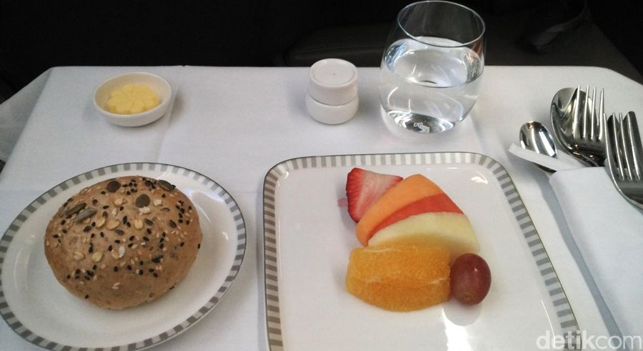 Akhir Maret lalu, detikcom mencoba kelas bisnis maskapai Singapore Airlines dari Jakarta menuju ke Dusseldorf, Jerman. Di sepanjang perjalanan, dihidangkan aneka makanan lezat, dibuka dengan fruit platter dan pilihan roti. (Wahyu Setyo/detikcom)