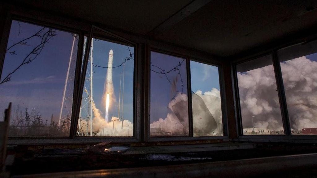 Penampakan Roket Antares Mengangkasa Bawa 40 Tikus