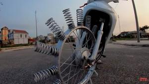 Modifikasi Konyol, Pelek Motor Tidak Gunakan Ban Karet Tapi Per