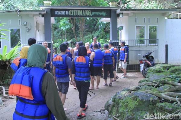 Destinasi Sungai Citumang ini berada di kawasan Perhutani, tepatnya di Desa Bojong, Kecamatan Parigi, Pangandaran, Jawa Barat. Sekitar 5 Km dari jalan utama Pangandaran. (Wisma Putra/detikcom)