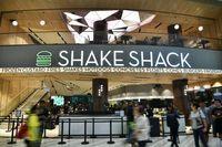 Pria Ini Antre Dari Subuh Demi Cicip Burger Shake Shack di Singapura