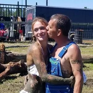Pasangan Pengantin Aneh Jadi Sensasi, Menikah di Atas Truk dan Pakai Bikini