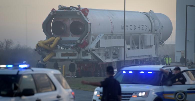 Persiapan peluncuran roket Antares buatan Northrop Grumman dengan pesawat Cygnus di atasnya.Foto: Reuters
