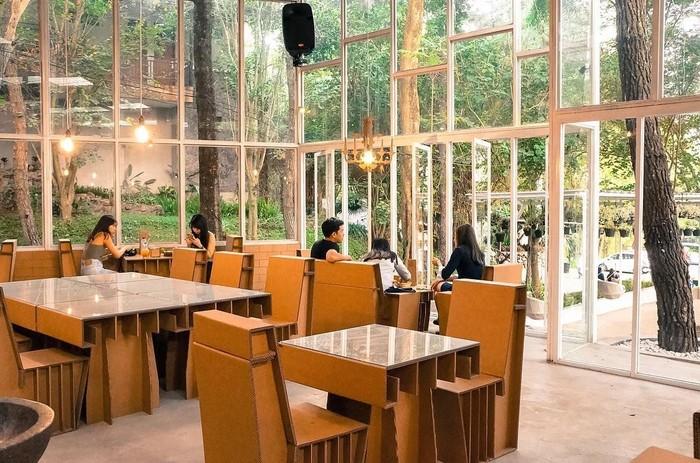 Taman Kardus ini merupakan sebuah kafe yang semuanya kebanyakan dibuat dari bahan kardus. Selain punya makanan dan minuman enak, kamu juga bisa berswa foto di sini. Foto: Instagram@monsmenu