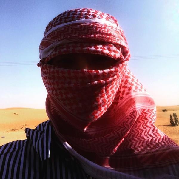 Main ke Dubai, Sehun mencoba untuk memakai sorban saat ke gurun. (oohsehun/Instagram)