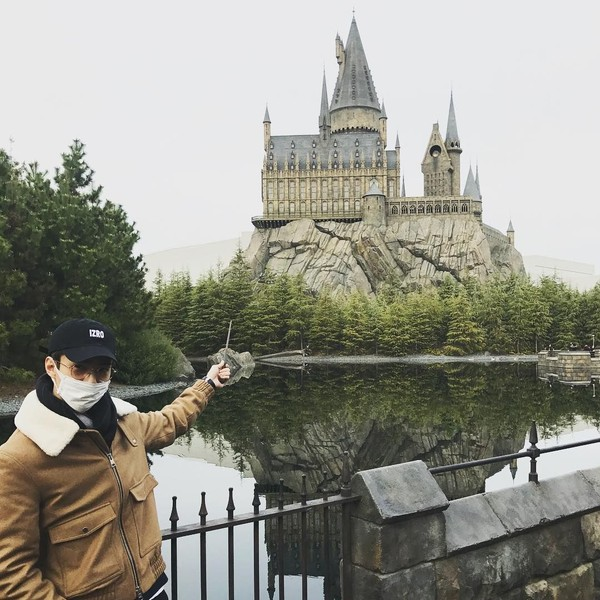 Habis konser di Jepang, Sehun menyempatkan diri untuk main ke Unversal Studio. (oohsehun/Instagram)