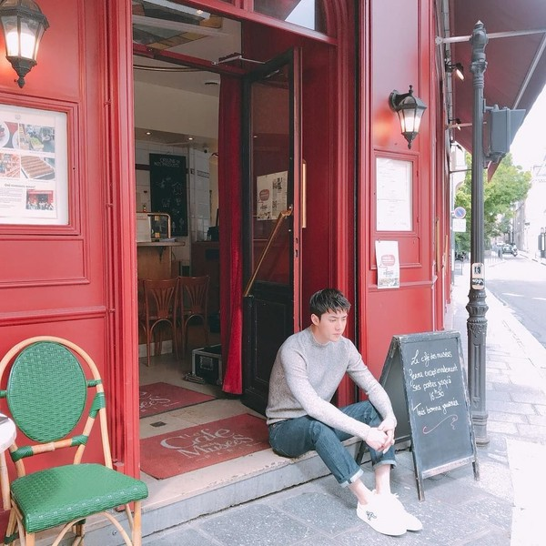 Saat kembali lagi ke Paris, Sehun malah berfoto di depan kafe dengan gaya candid. (oohsehun/Instagram)