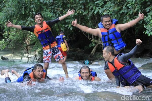 Main air di Sungai Citumang bisa jadi ide buat liburan panjang minggu ini. Mau coba? (Wisma Putra/detikcom)