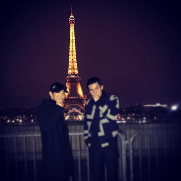 Kalau ke Paris tentu saja harus berfoto dengan Menara Eiffel. (oohsehun/Instagram)