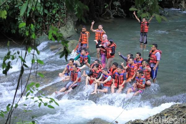 Air Sungai Citumang yang jernih, mengalir dan segar pasti akan membuat traveler rileks. Sesuatu yang tidak akan traveler dapatkan di kota besar. (Wisma Putra/detikcom)
