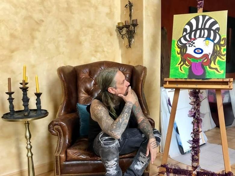 Ingin Lebih Damai, Bassis Korn Lelang 10 Lukisan Karyanya