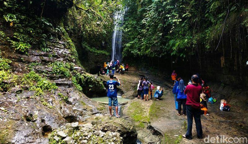 Memiliki ketinggian sekitar 40 meter, objek wisata alam ini menawarkan air terjun yang cantik dengan suasana sejuk dan asri di kawasan Pegunungan Kemiri (Rinto/detikcom)