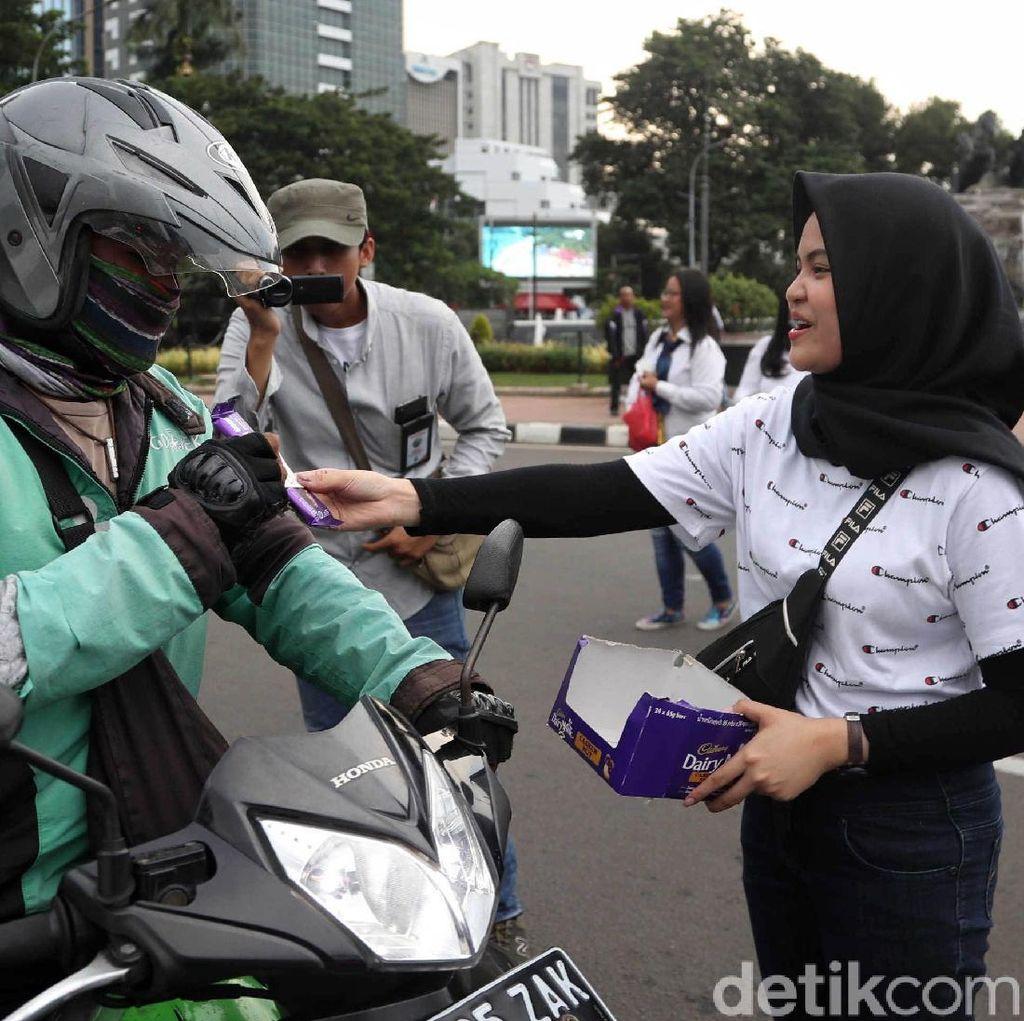 Pilpres Berlangsung Damai, Pendukung Jokowi Bagi-bagi Cokelat