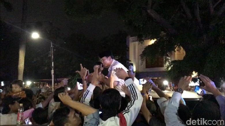 Prabowo Pulang ke Hambalang, Diiringi Teriakan Pendukung