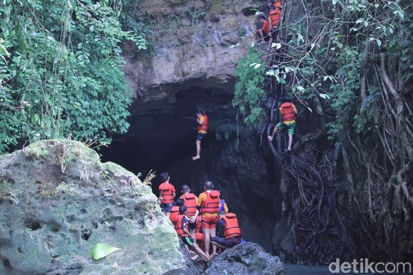 Buat yang punya nyali, silakan loncat dari tebing batu dan langsung nyebur di aliran Sungai Citumang. Byurr! (Wisma Putra/detikcom)