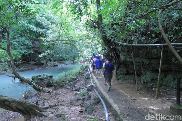 Sebelum main basah-basahan, traveler harus trekking dulu menyusuri jalan setapak. Jangan khawatir, akan ada pemandu yang menemani. (Wisma Putra/detikcom)