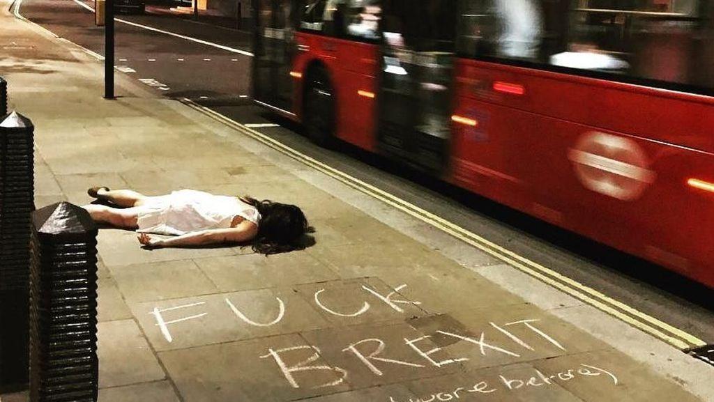 Wanita Ini Populer karena Pose ala Orang Mati Saat Traveling Keliling Dunia