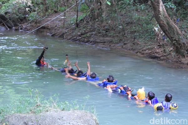 Di Sungai Citumang, traveler bisa mencoba body rafting. Kalau dalam bahasa Sunda, gaya oray-orayan alias ular-ularan. Dijamin seru! (Wisma Putra/detikcom)