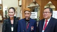 Para petugas di Amerika tampak mengenakan busana adat dari daerah yang ada di Indonesia seperti jarik dan blangkon. Ia pun berharap jalannya pesta demokrasi Pemilu 2019 berjalan damai dan tertib. Foto: dok. Bappenas