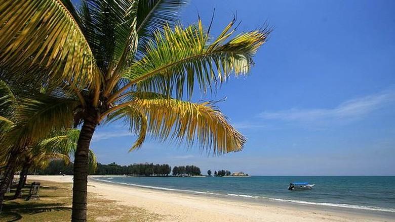 Pantai Port Dickson Beach di Malaysia (negerisembilan.attractionsinmalaysia.com)