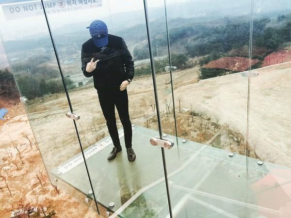 Mengetes adrenalin, Sehun berdiri di jembatan kaca. (oohsehun/Instagram)