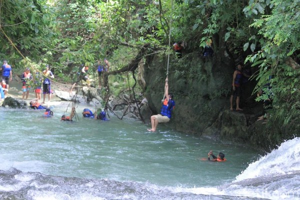 Atau bisa juga bergelantungan bak tarzan dan terjun ke aliran sungai. Tak kalah serunya! (Wisma Putra/detikcom)