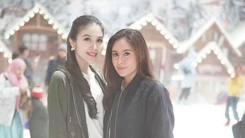 Lewat Foto Ini, Wulan Guritno Benarkan Sandra Dewi Hamil 5 Bulan?