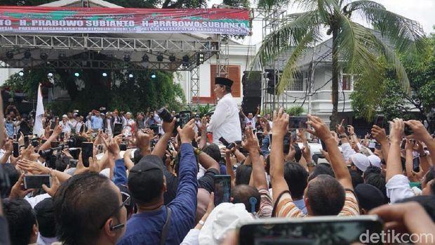 Prabowo Subianto disambut pendukungnya di Jl Kertanegara, Jaksel, Jumat (19/4/2019)